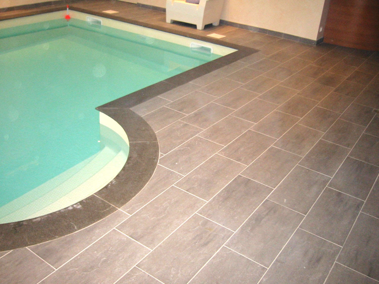 Colle carrelage piscine carrelage petit opus travertin for Colle carreaux piscine